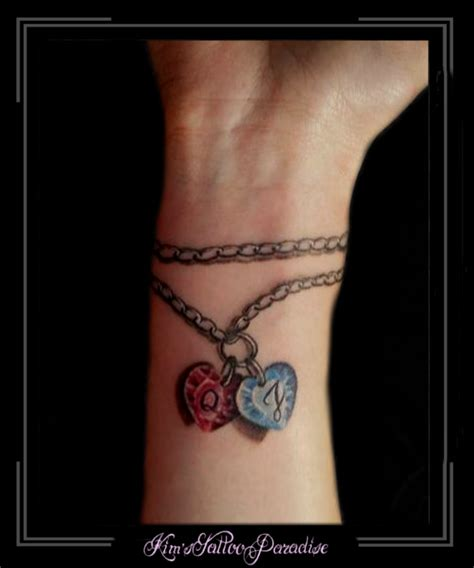 tattoo arm naam armband met bedels en namen