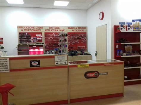 negozi arredamento bergamo arredo calzolaio arredo negozio duplicazione chiavi bergamo