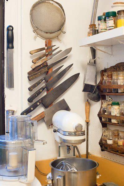 Satu Set Pisau Carving foto satu set pisau dalam gantungan vertikal khusus