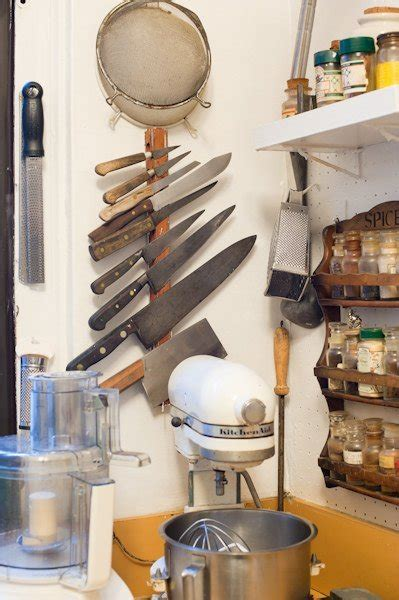 Satu Set Pisau Dapur foto satu set pisau dalam gantungan vertikal khusus