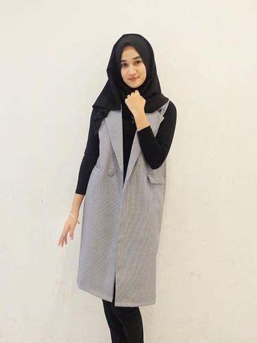 Midi Dress Lengan Panjang Warna Hitam Putih foto padu padan busana kerja ala calon dokter cantik asal