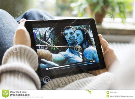 film gratis for ipad man watching movie avatar on ipad editorial photo image