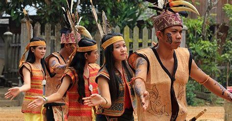 suku dayak mayoritas agama kristen  indonesia