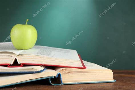 libro green apple british and livros abertos e ma 231 227 verde na mesa sobre fundo verde lousa stock photo 169 belchonock 82970578