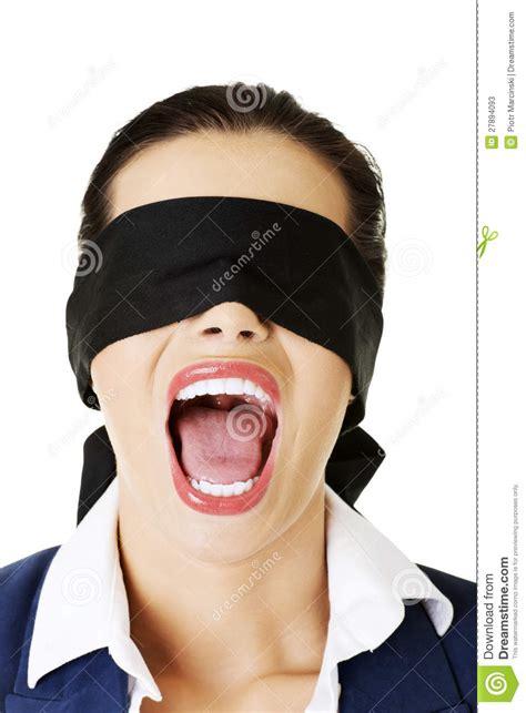 imagenes ojos vendados hermoso asuste a la mujer con los ojos vendados joven
