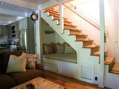 banco  leer en el hueco de la escalera