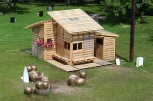 casa costruita con pallets bancali