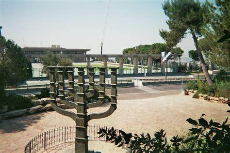 candelabro israel file jerusalem menora knesset jpg wikimedia commons