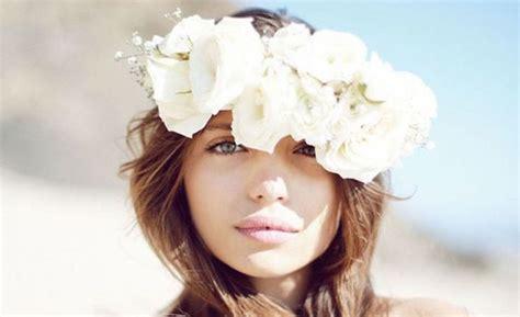 acconciature con fiori nei capelli fiori nei capelli per acconciature davvero romantiche