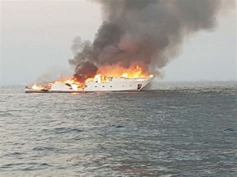 yacht on fire update 35m yacht sinks after catching fire in the uae