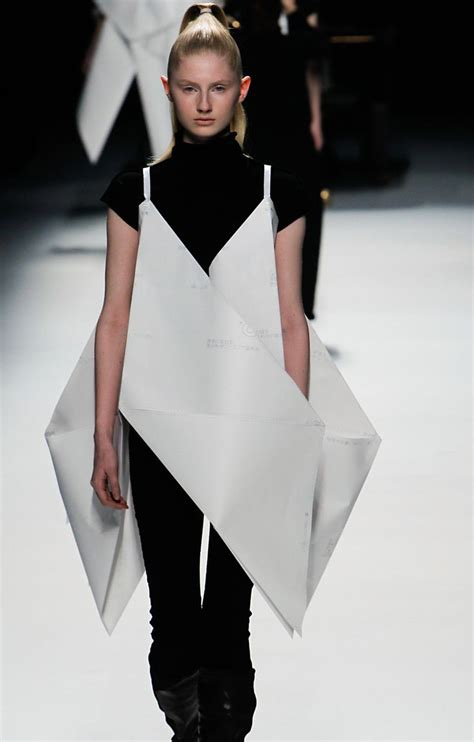 Issey Miyakes Populist Fashion by 25 Best Ideas About Origami Dress On Diy