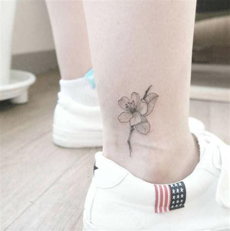 tatuaggi piede caviglia fiori oltre 25 fantastiche idee su tatuaggi piccoli caviglia su