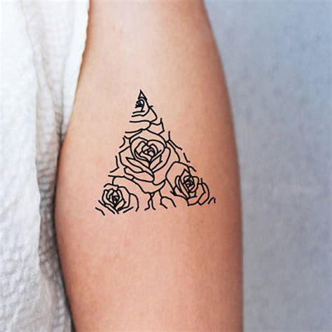 minimalist rose tattoo design 2 tatouages temporaires rose en triangle tatouage