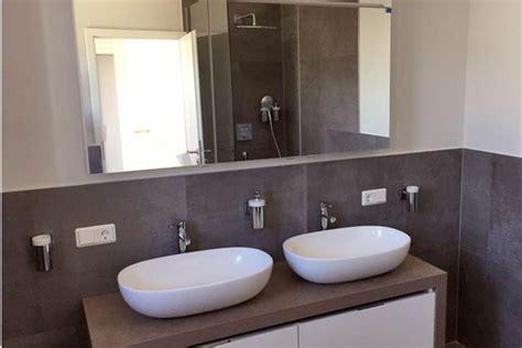 Badezimmer Zweifarbig Fliesen by Badsanierung Karl Strassers Webseite
