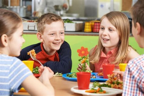 alimentazione bambini 10 anni alimentazione bambino 7 10 anni come devono mangiare