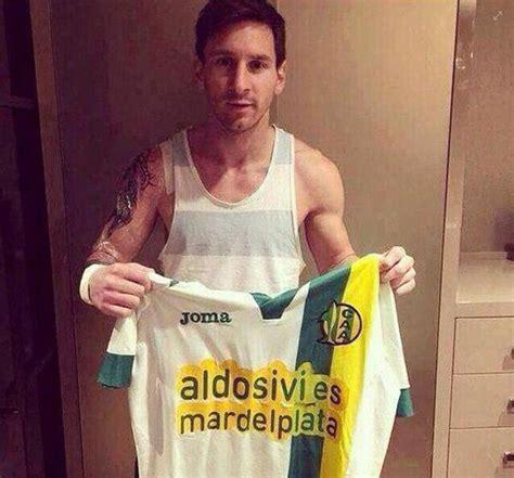 nova tattoo de messi messi posa com camisa de time argentino e exibe uma nova