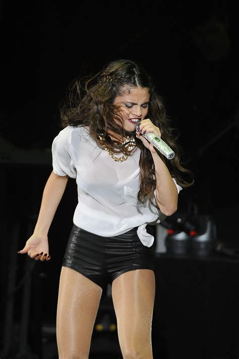 selena gomez suffers wardrobe malfunction during