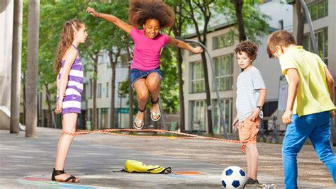 imagenes niños jugando en casa estudio por qu 233 los ni 241 os deber 237 an hacer ejercicio a su