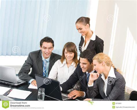 imagenes de personas que extrañas personas del asunto que trabajan en la oficina imagen de