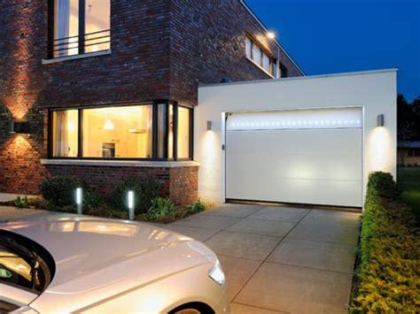 vialetti d ingresso h 246 rmann illumina la porta da garage e il vialetto d