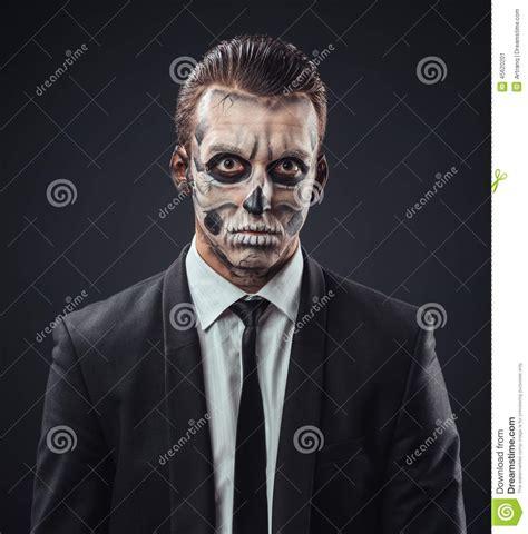 maquillaje para hombres esqueleto hombre de negocios embotado con el esqueleto del