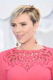 why johansson cut hair scarlett johansson s mtv movie awards makeup is our new