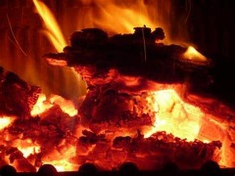 caminetto che brucia fuoco che arde  ore atmosfera