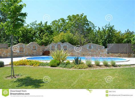 schoener garten de sch 246 ner garten mit pool und aufgebautem zaun lizenzfreies