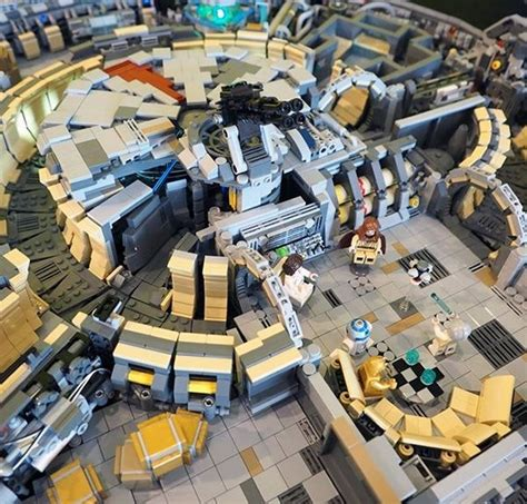 Sprei Set Single Size Universe lego minifig scale model of the millennium falcon has some