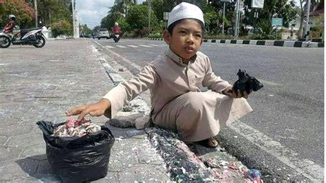 Sisa Putih 2 foto bocah berpeci putih bersihkan sisa lelehan lilin untuk ahok jadi viral tribun timur
