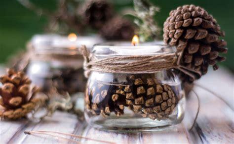 composizione natalizia con candele candele natalizie idee semplici per decorere la casa leitv