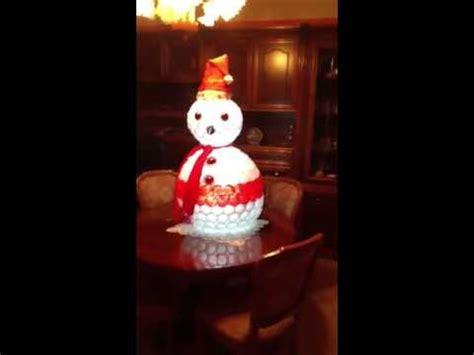 palla con bicchieri di plastica pupazzo di neve fatto con bicchieri di plastica illuminato