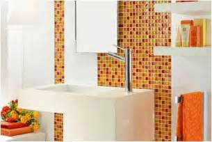 photo carrelage mural salle bains blanc orange jaune mosaique