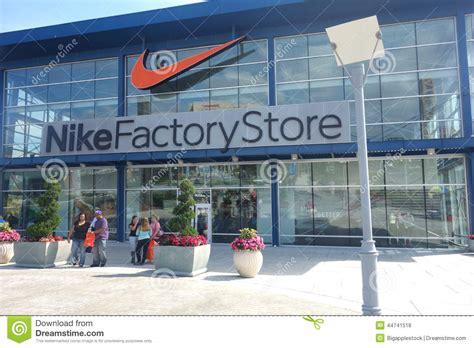 la fabrica de golosinas tienda tienda de la f tienda de la f 225 brica de nike foto de archivo editorial