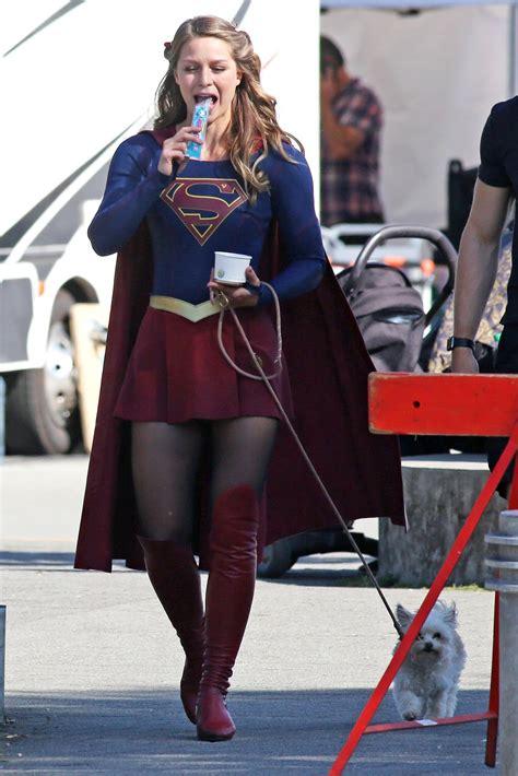 Style On The Set by Photo 暑いので かき氷のアイスを食べながら 愛犬のお散歩の スーパーガール のメリッサ ブノワ