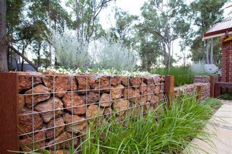gartenzaun metall mit steinen gefüllt gabionen als deko im garten steine rot graeser stahl