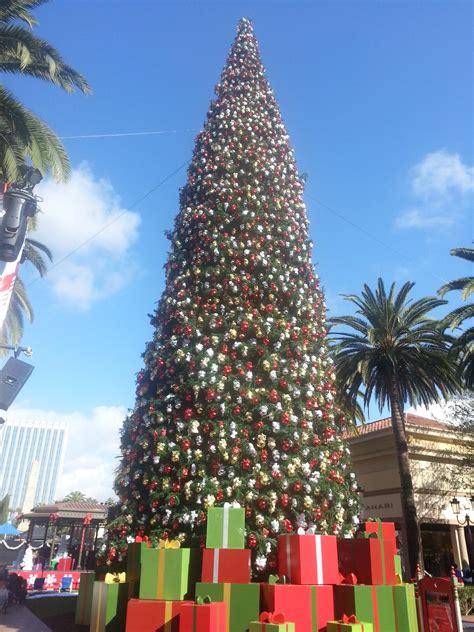 Santa Arrives At Fashion Island Friday November 13 2015 Island Tree Lighting