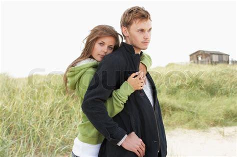 paar bilder romantische junges paar stehend d 252 nen hut im