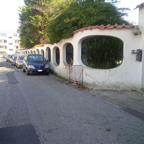 soggiorno carabinieri ischia cadono delle tegole recintata la strada da una settimana