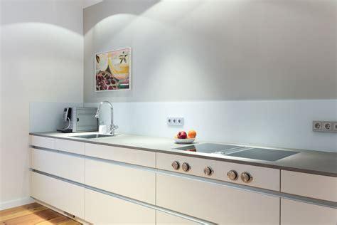 skandinavische küche einrichtungsideen mit rattan