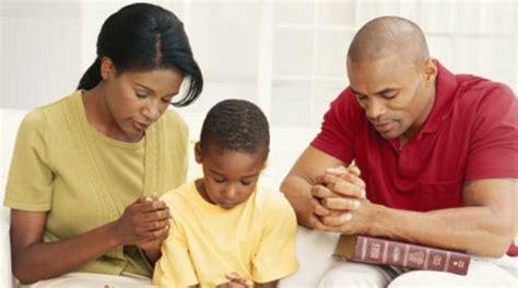 imagenes esposos orando imagenes de familias orando mensajes que crean