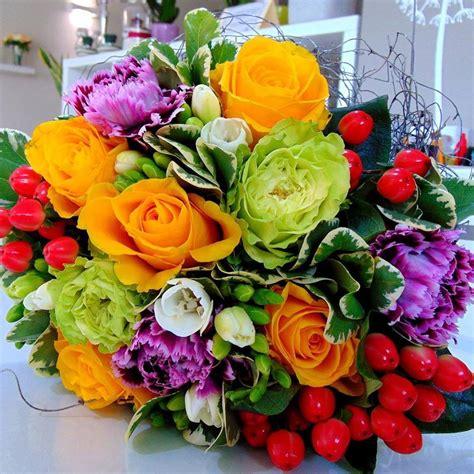 mazzo di fiori colorato un augurio pieno di colore