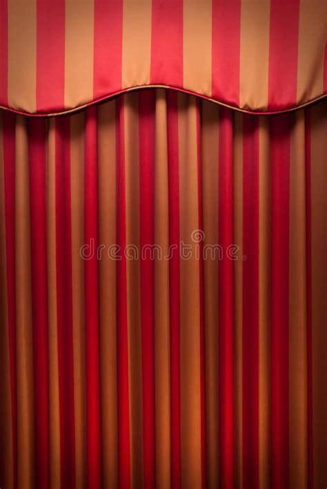 teatro tende a strisce tende a strisce dell oro e di colore rosso immagine stock