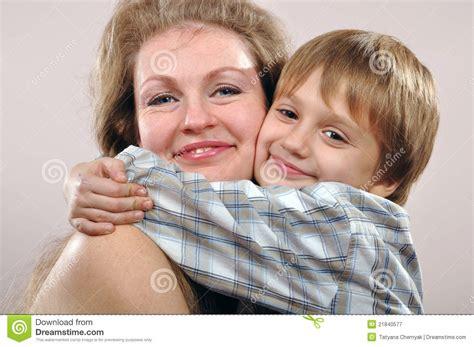 hijo ve a su mama dedearse madre e hijo felices imagen de archivo imagen de adulto