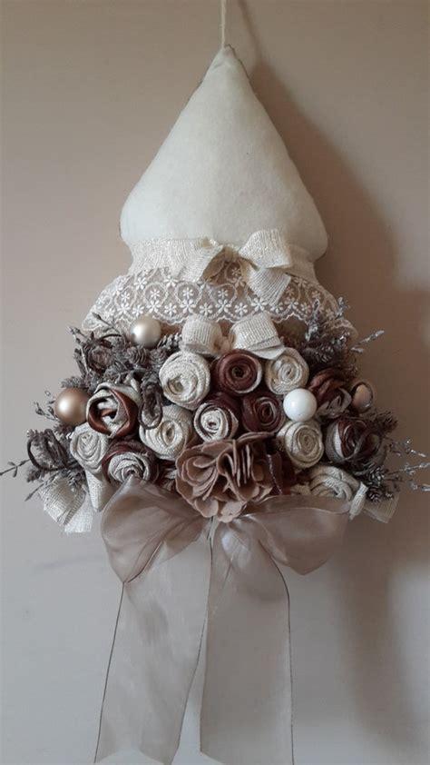 albero di natale con fiori albero di natale rivestito con preziosi fiori in tessuto e