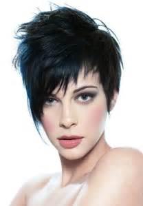 coupe courte asym 233 trique pour femme aux cheveux noirs