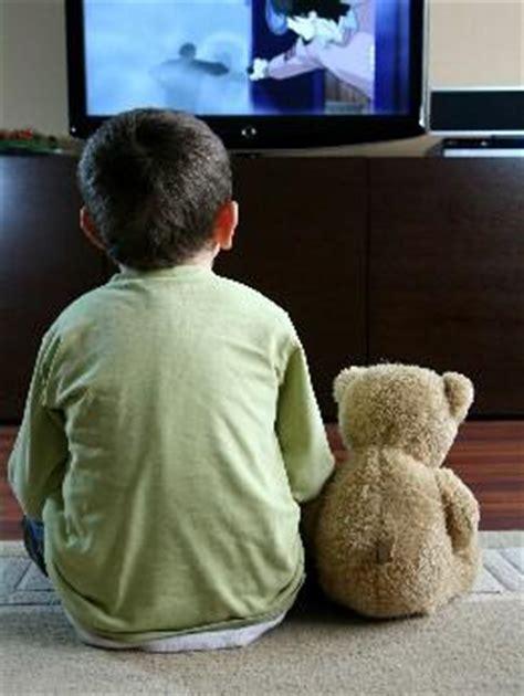 imagenes de niños viendo tv quiere estar solo para ver los dibujos animados ed 250 kame