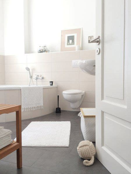 Kleines Bad Dunkler Boden by Helles Badezimmer Creme Farbe Im Bad Dunkler Boden Im