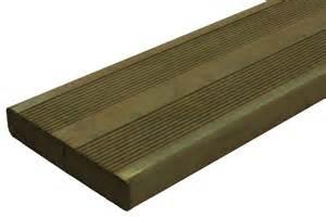 lames bois terrasse lames de terrasse bois chauff 233 contour de piscine bois