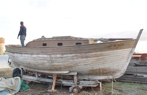 gozzo ligure cabinato barche a vela in legno da restaurare la cura dello yacht